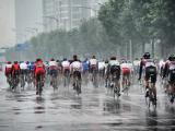 西安绕圈赛在大雨中进行。