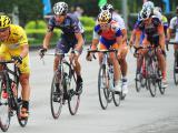 枣阳绕圈赛上,身披黄衫的丹麦克里斯蒂娜手表队马丁•彼得森少见的领骑大团。