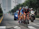 天津绕圈赛上,美国BMC洲际队奥斯卡・克拉克领骑第一梯队。