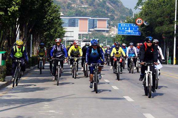迎大运启赛事 警察自行车团体邀请赛开赛(图文)