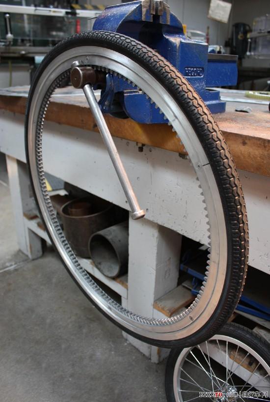 无轮毂车轮首先是由意大利机械工程师franco sbarra 为机动车设计的,多年来还实际应用于自行车原型的设计。这项设计的特点是缺少作为自行车骨架的中心毂和空心轴。然而有许多人认为使用无轮毂和无轴车轮会影响自行车的行驶效率,而其他人则认为这个设计会使自行车更轻便。但是,有很多设计原型和概念最终都没能投入商业生产。以下内容是视觉同盟整理的关于无轮毂和无轴自行车设计的一些实验和概念。
