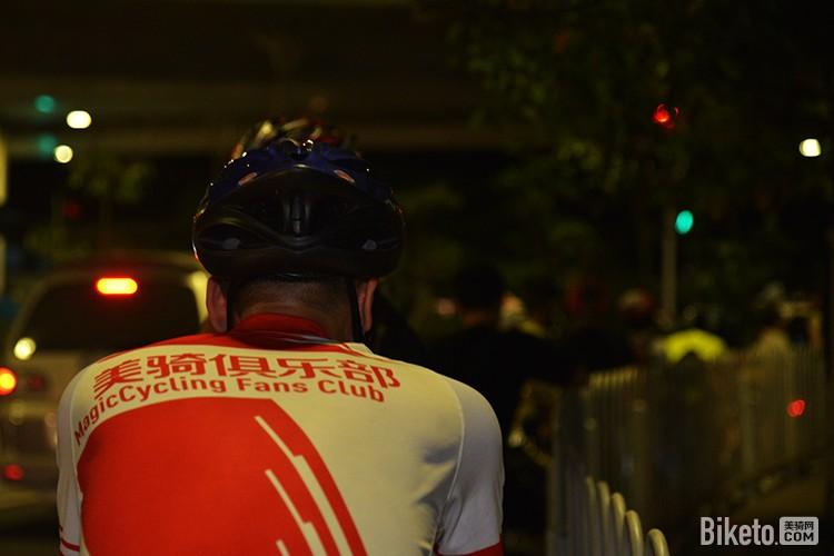 夜骑等红灯.jpg