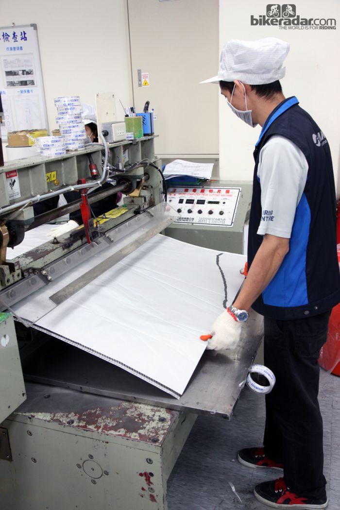 2碳布卷被这台机器裁切成片