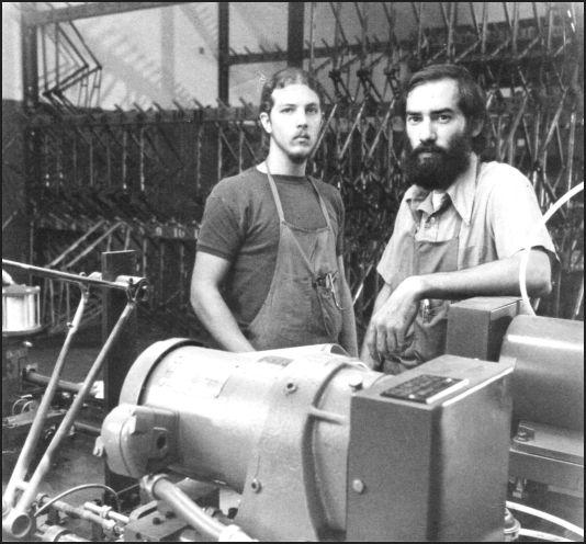在车间里干活的Trek工匠:Mike Appel(左)和Dick Nolan(右)