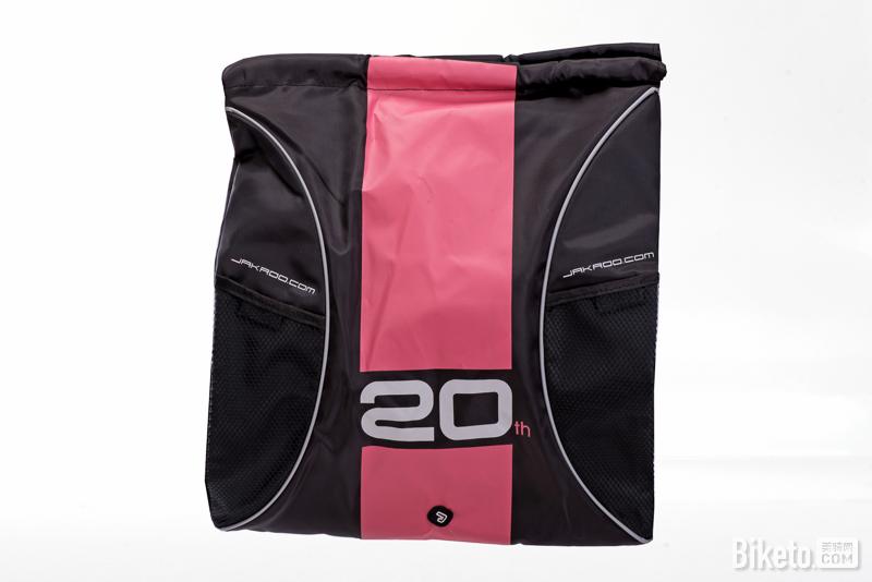 捷酷20周年纪念版背包2个,价值48元。