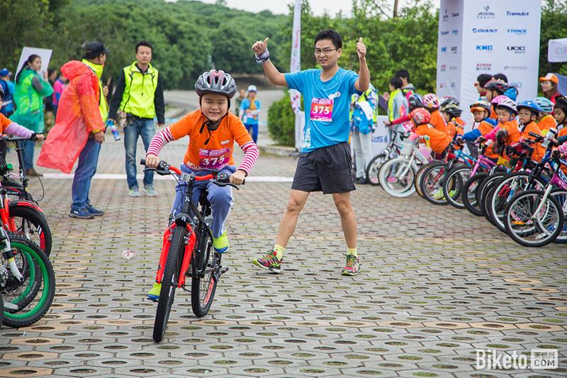 转动热情乐骑总动员亲子骑行活动上的接力赛