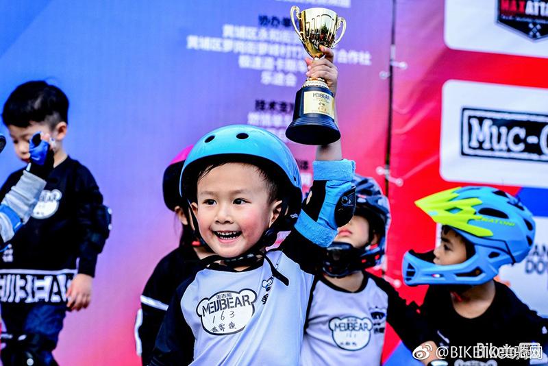 孩子参加户外活动既能亲近大自然、锻炼生活能力,又能提高自信心