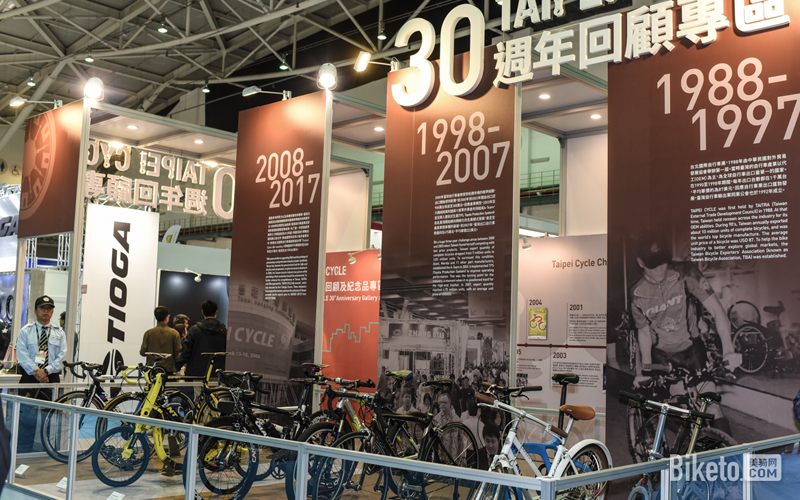 台中是台湾重要的自行车生产基地,捷安特、SRAM、志庆等自行车巨头都将总部或者主力工厂放在台中市。背靠产业基地,台中周主要面对的就是世界各地的自行车品牌OEM订单,能够吸引到全球主要自行车品牌的产品经理们前来,商量新一年自行车市场零配件规格,并下单。台中周严格来说并不是一个完整的展会,因为台中并没有一个大规模的会展场地,厂商只能分布在三家大型酒店中设立小摊位,然后和到访的产品经理进行小规模的闭门谈判。正因为小规模、闭门,这些特性能够更好地保护商业信息,台中周得到产品经理的欢迎,参与人数逐年增多。台北展不