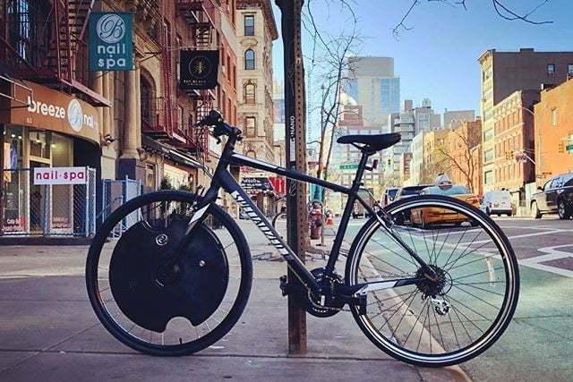 装载谷歌助手的电动自行车