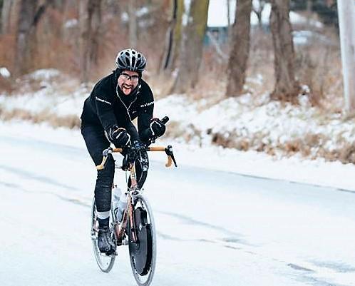 Max Lippe骑行在雪地里