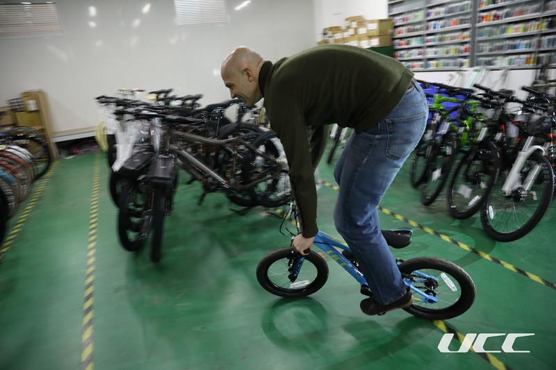 产品经理Gavin:新的年度,我们将为儿童用户继续打造伴随他们成长过程的一系列运动自行车产品。所以,我们也会在16、20寸轮径的儿童车和24、26寸轮径的青少年用车产品线上重点发力,让骑行伴随孩子一同成长。 基于此,在2018年我们UCC运动自行车会加入一台16寸的ACE和一台24寸的布雷德24,与之前的20寸ACE构成一条完整的儿童车至青少年童车的产品线,UCC将不仅仅满足于儿童学习骑行和代步的需求,更是为消费者提供了更具功能性、更专业、更高端的童车选择。目前已有一台2x9速的气压前叉运动童车提上了日