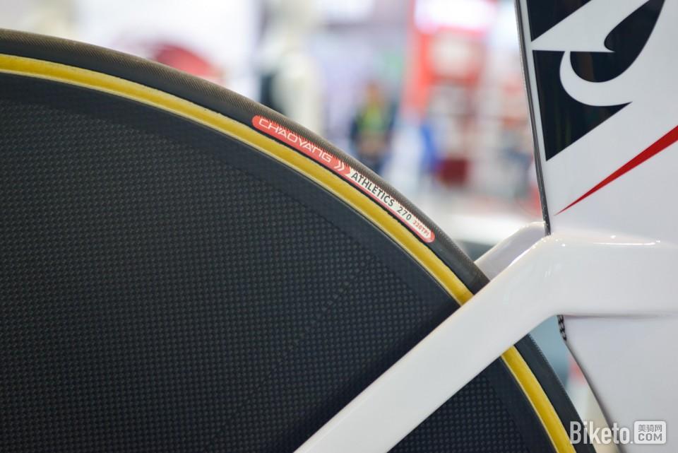 使用全封闭轮在场地外骑行,十分考验选手的操控能力