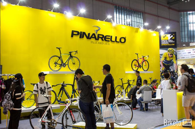 """美尼亚代理的Pinarello又一次以全黄的色调布阵,象征""""环法冠军""""荣誉。"""