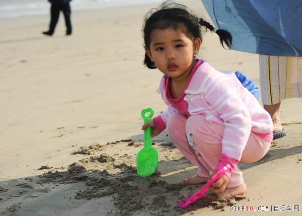 玩沙的小姑娘