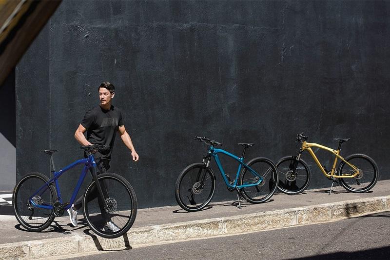 这是宝马去年推出的M Bike的升级款,换上了碳纤维的前叉和坐杆,车架由铝合金液压成型,变速采用禧玛诺XT级别的套件,采用内走线设计,配置并无亮点。颜色才是亮点,采用和M5相同的海湾蓝配色,宝马官方推荐搭配M5食用。哈哈,果然科技还是以换壳为本。全球限量500台,售价折合软妹币一万出头,可以说是相当便宜了。