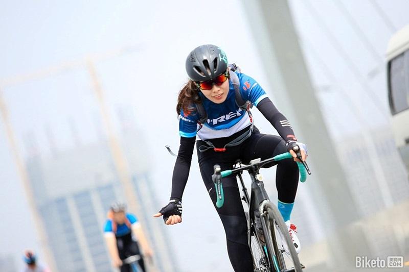 美骑单车美女樊雅丽