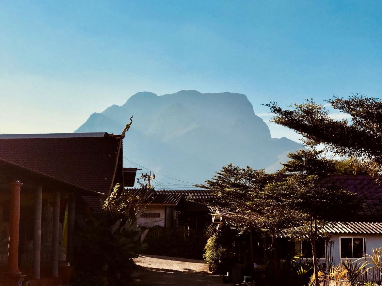 从镇边上的寺庙看清道山,像块平地而起的巨石*