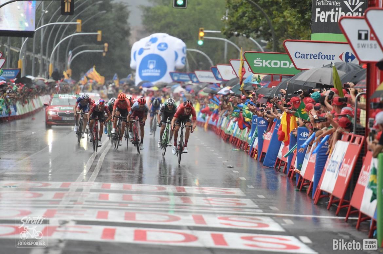 环西第八赛段:主车群保守渡雨 突围车手穿红衫