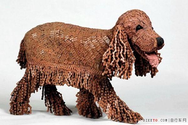 以色列艺术家用自行车链做狗雕塑