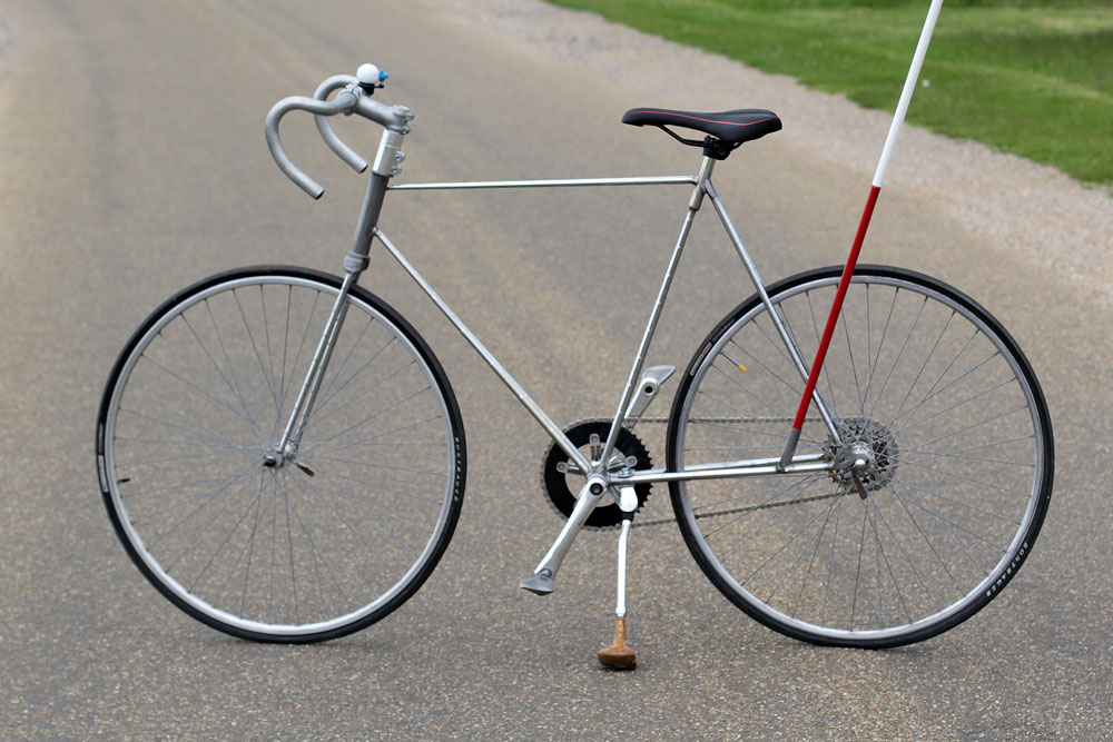 英国大学生用高尔夫球杆造自行车