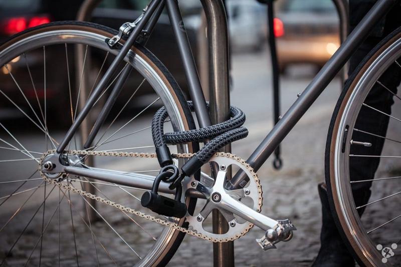 如今市面上常见的自行车锁多为U型锁、钢缆锁及链条锁。三种锁各有好坏优劣。其中钢缆锁虽比 U 型锁灵活但却很容易被剪开,而 U 型锁牢固程度虽高于钢缆锁但在灵活性上却输给了钢缆锁。链条锁则是有些笨重不便于携带。