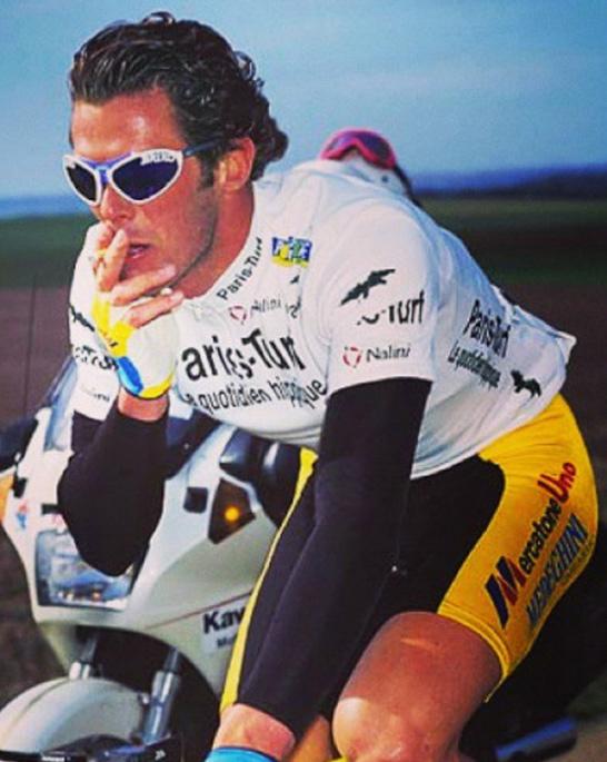 Cipollini在职业生涯早期总喜欢在比赛过程中来根香烟