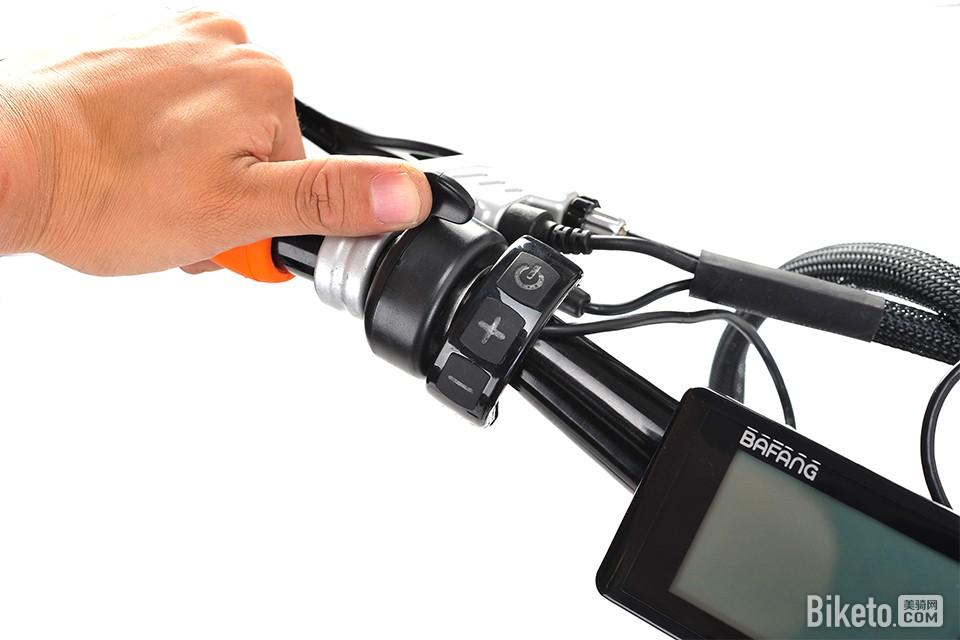 和电路系统控制总成,油门的手感阻尼偏轻,长时间操作大拇指也不会