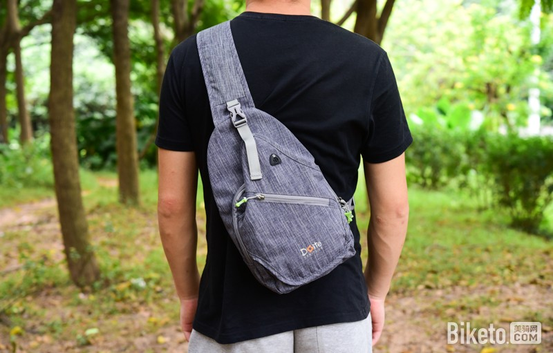 约上三五好友,休闲骑行,又不想背上沉重的背包,一款小巧能装的单肩包图片