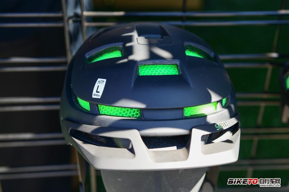 smith的头盔采用了新的防撞结构和材料,看着像很多吸管挤在了一起