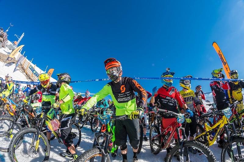 阿尔卑斯山地速降赛 700名山地车手参加的山地车赛,场面无比壮观-六六社-福利视频 2
