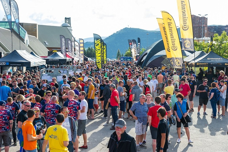 阿尔卑斯山地速降赛 700名山地车手参加的山地车赛,场面无比壮观-六六社-福利视频 12