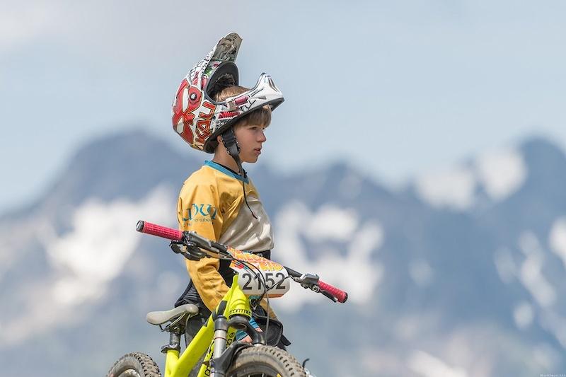 阿尔卑斯山地速降赛 700名山地车手参加的山地车赛,场面无比壮观-六六社-福利视频 7