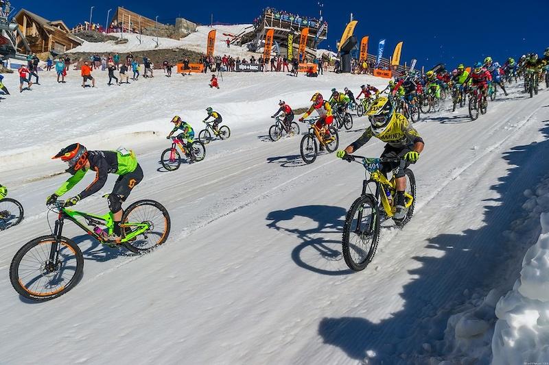 阿尔卑斯山地速降赛 700名山地车手参加的山地车赛,场面无比壮观-六六社-福利视频 5