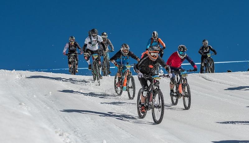 阿尔卑斯山地速降赛 700名山地车手参加的山地车赛,场面无比壮观-六六社-福利视频 6