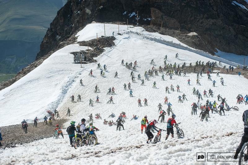 阿尔卑斯山地速降赛 700名山地车手参加的山地车赛,场面无比壮观-六六社-福利视频 9