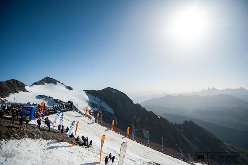 阿尔卑斯山地速降赛 700名山地车手参加的山地车赛,场面无比壮观-六六社-福利视频 3