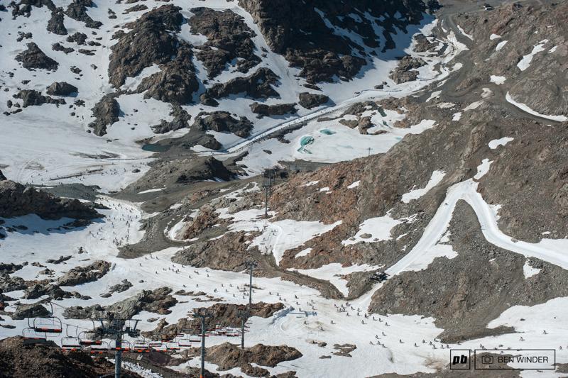 阿尔卑斯山地速降赛 700名山地车手参加的山地车赛,场面无比壮观-六六社-福利视频 10