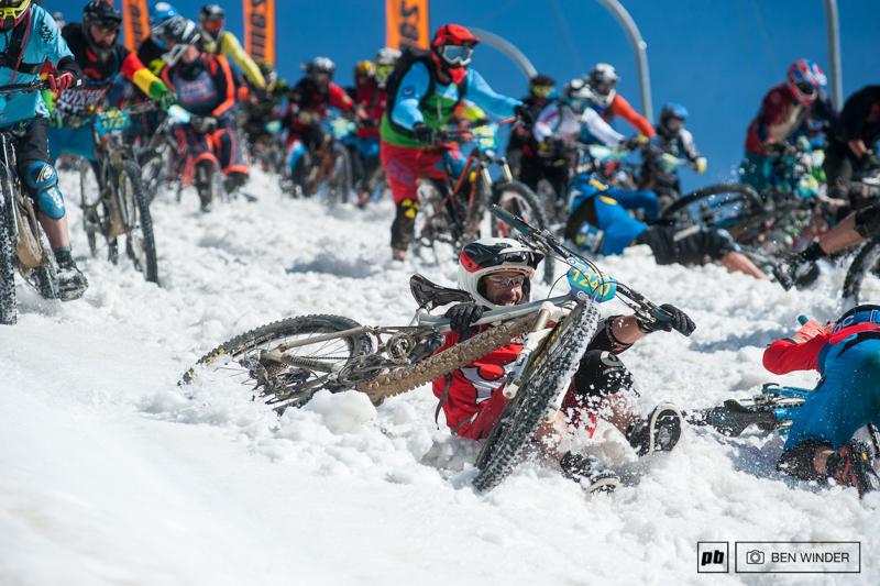 阿尔卑斯山地速降赛 700名山地车手参加的山地车赛,场面无比壮观-六六社-福利视频 8
