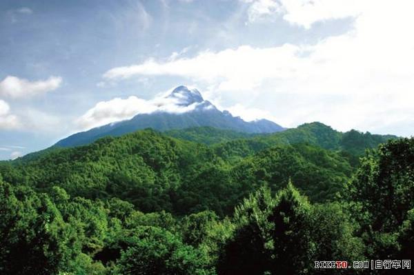 五指山以其独特的热带自然景观、独特的气候条件和独特的民族风情闻名中外,每立方厘米的空气中负氧离子含量高达12000个,世界罕见!五指山热带雨林与南美洲的亚马逊河流域、印度尼西亚的热带雨林并列成为全球保存最完好的三块热带雨林之一,被国际旅游组织列为A级旅游景区,是海南岛的肺。五指山市有全国唯一可四季漂流的五指山大峡谷漂流,在《海南省旅游发展总体规划纲要》中,被列为五大名城和十大精品旅游区。五指山市还是黎族苗族歌舞表演和工艺品制作的主要发源地,每年黎族苗族三月三庆典的主要场所。该市先后荣获全