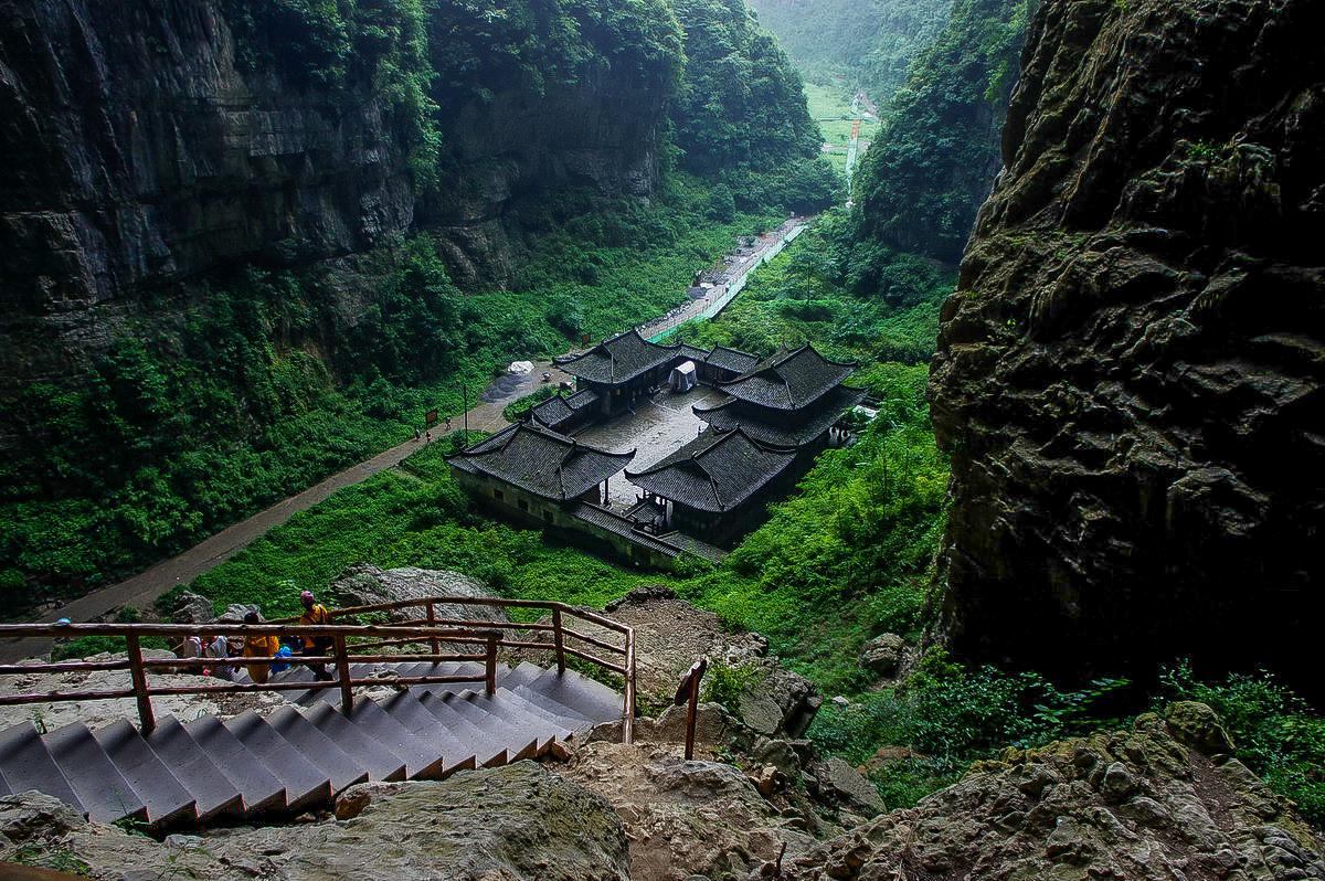天坑地缝旅游风景区位于奉节县荆竹乡小寨村,是世界上深度和容积最大