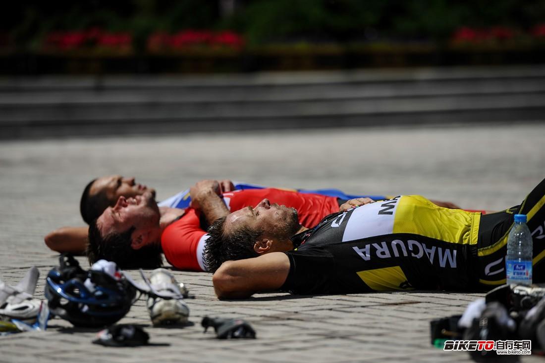 在西乌旗文化广场睡觉