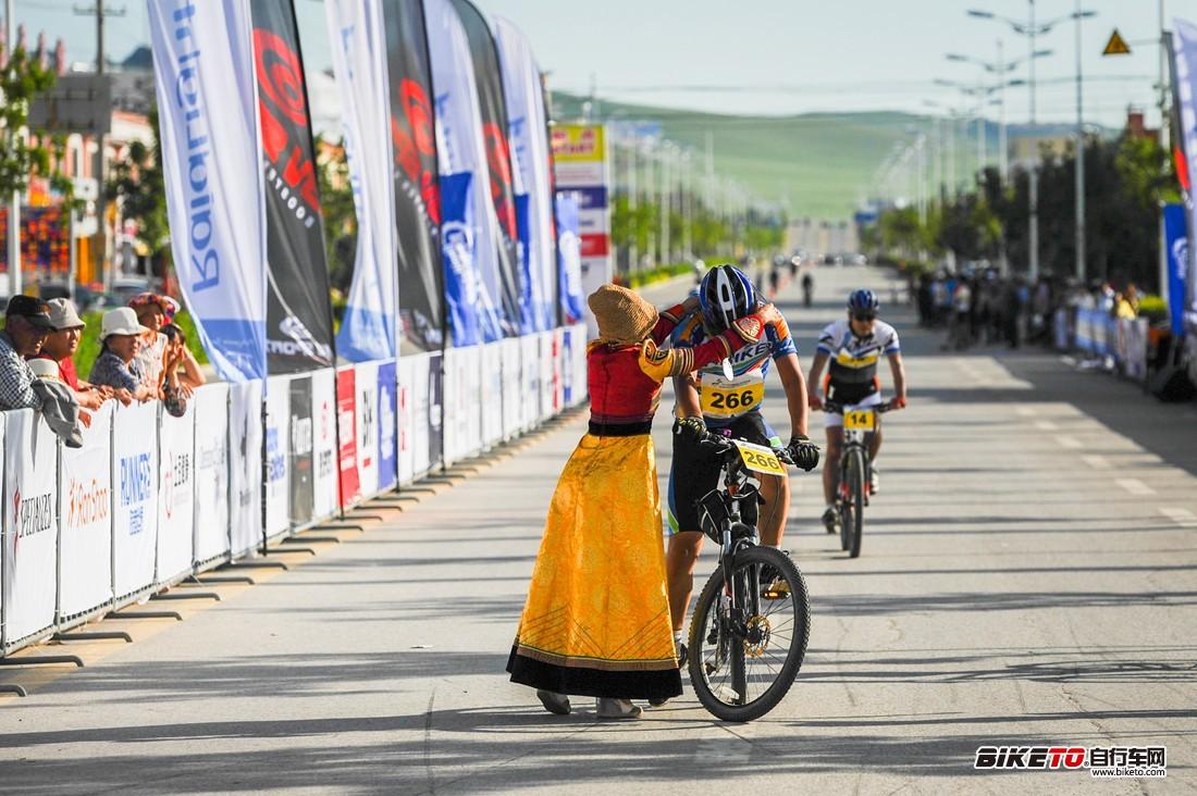蒙古族姑娘为车手带上完赛奖牌