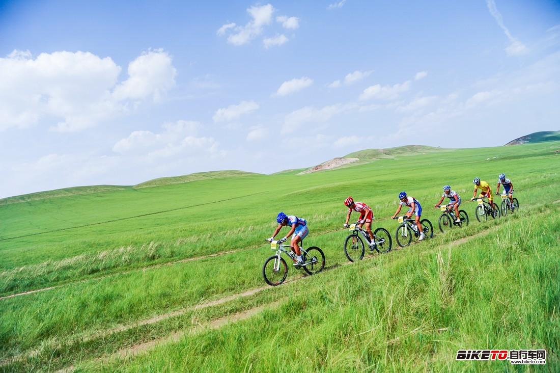 胡浩和几位蒙古选手组成的领骑集团