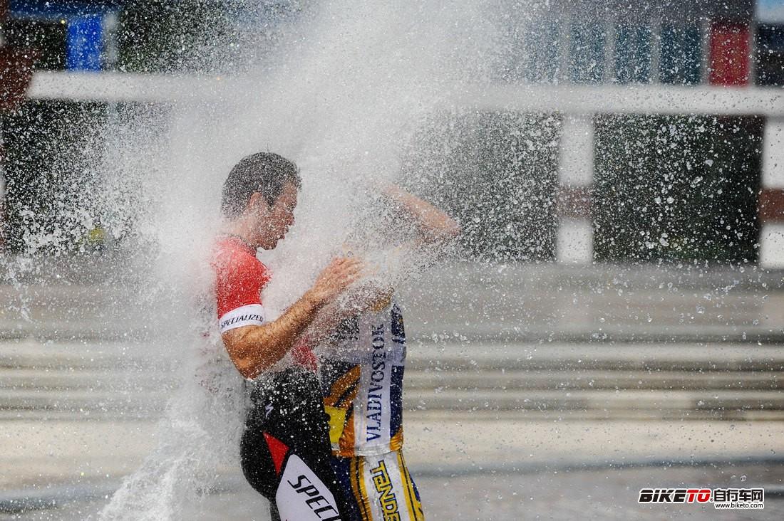 西乌旗广场喷泉洗澡