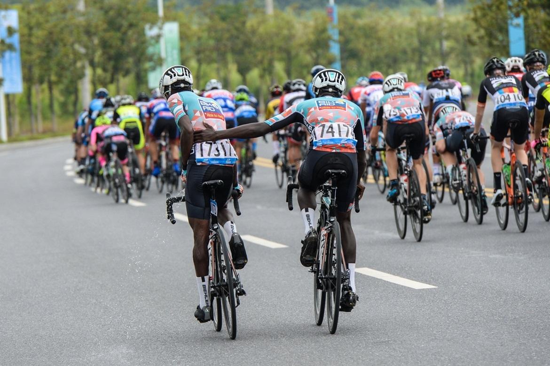 13、德国自行车助力车队两位选手正在工作.jpg