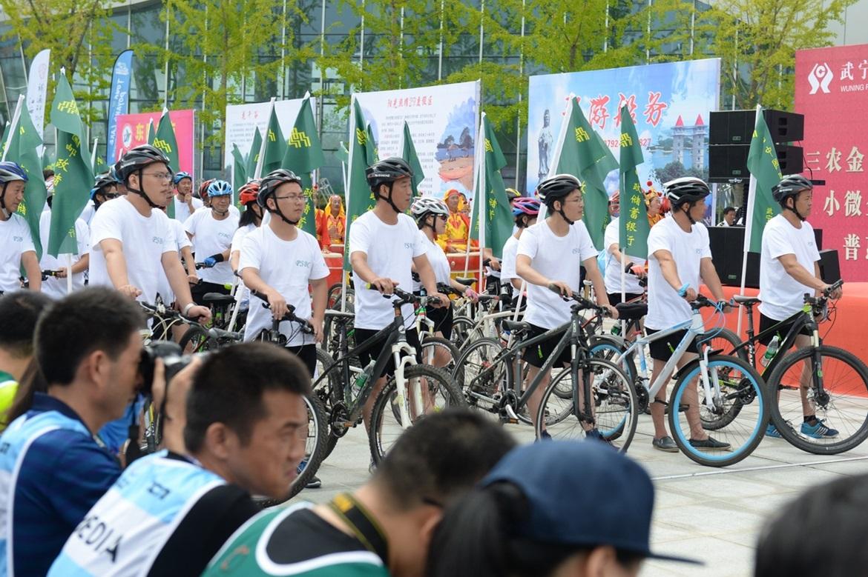 5、中国邮政储蓄银行作为本届环鄱赛的总冠名,组织了大批骑行爱好者组成体验组.jpg