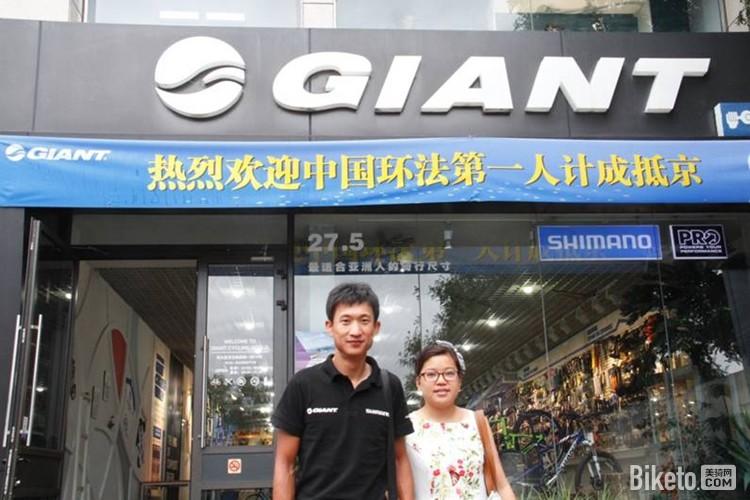 8月4日上午10:45,环法中国第一人计成抵达北京,携带爱妻参加cctv 5