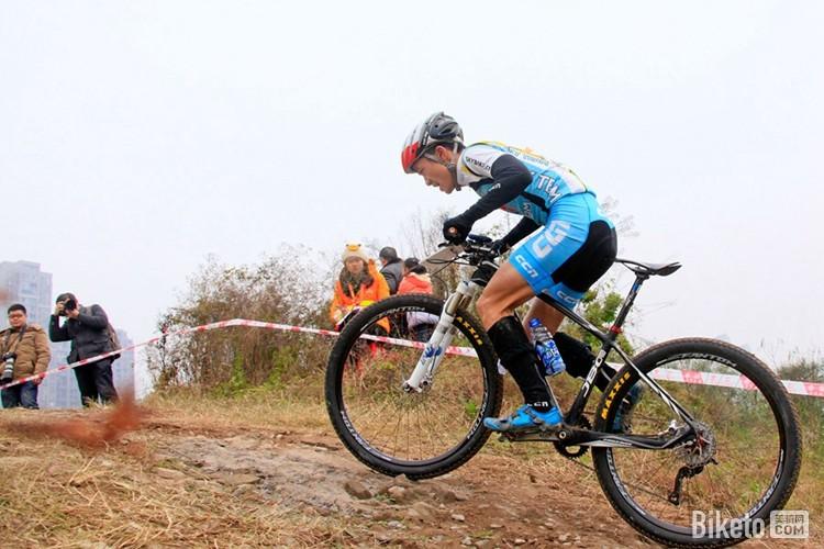 在7公里赛道上骑行4圈,不仅需要综合的山地车骑行技巧,而且对选图片
