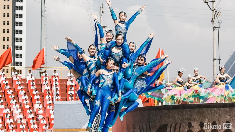 第十六届环青海湖国际公路自行车赛开幕式在青海省海东市乐都体育场