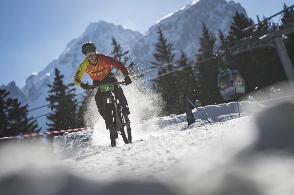 雪地速降赛